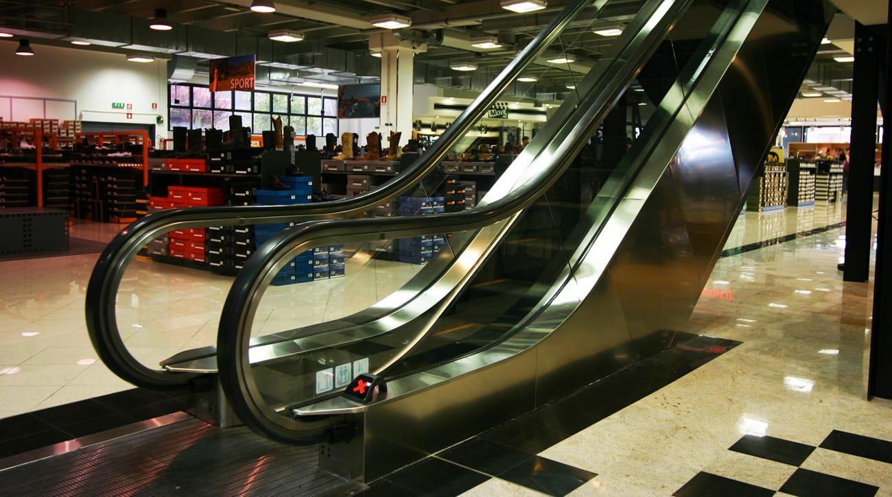 Progettazione ed installazione scale e tappeti mobili per attività commerciali